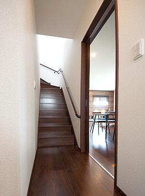 天窓で明るい廊下と階段