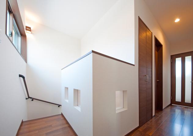 階段吹き抜けと2階廊下