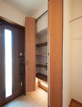 玄関収納と間接照明