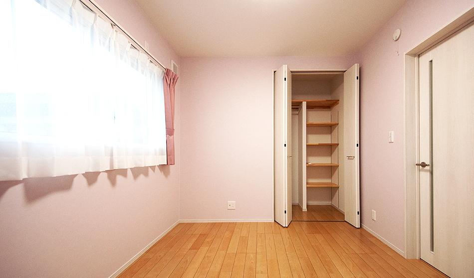ピンクの洋室