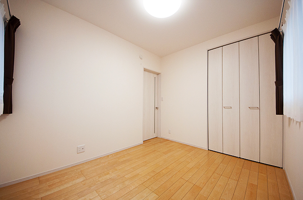 ホワイトの洋室