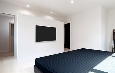 バックヤード収納と壁掛けテレビ