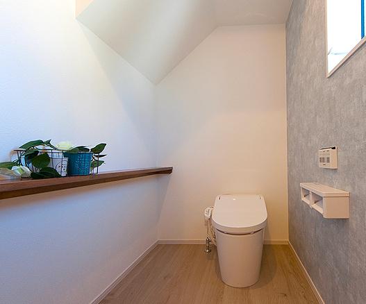 アクセントクロスがお洒落な1階のトイレ