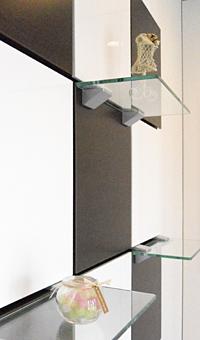 小物の位置を自由に変えられるスタイリッシュな飾り棚。