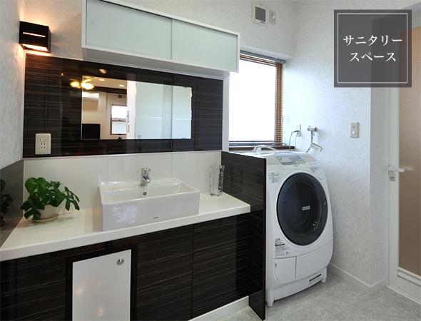 オリジナル洗面台の天板は手入れのしやすい人口大理石を使用。リゾートホテルの様な雰囲気です。 洗濯機を立ったまま操作できるところに洗剤棚。開閉しやすい位置に窓。機能的であり無駄がありません。