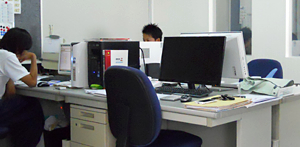 建築白石 パソコンでプランニング中 事務所写真